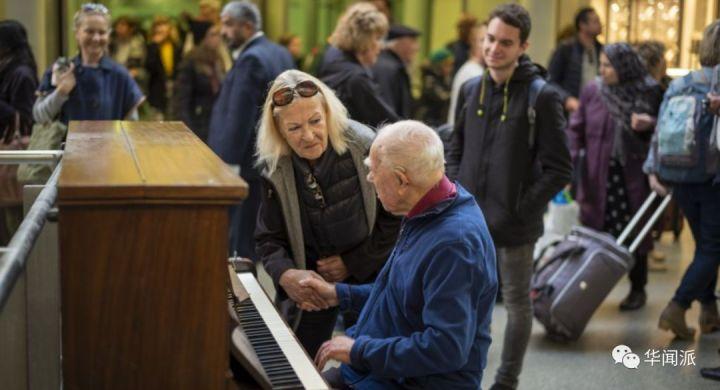英国街头钢琴每天被无数人弹奏01